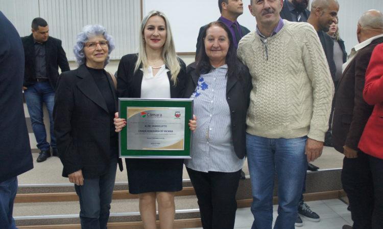 Aline Sbardelotto da Emater recebe o título de Cidadã Honorária de Vacaria